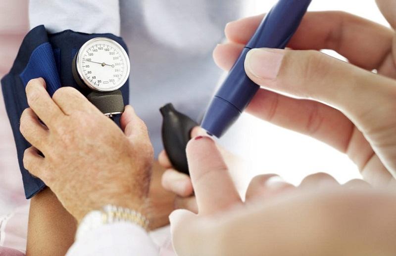 Kiểm tra đường huyết thường xuyên là cách giúp ngăn ngừa tình trạng tiểu đường bị ngứa da