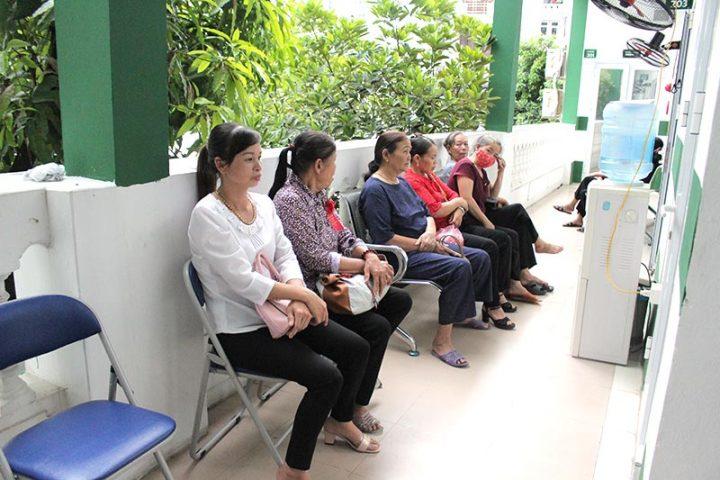Chị Hoa ngồi chờ siêu âm tại Trung tâm Phụ Khoa Đông y Việt Nam