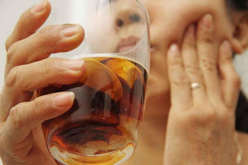 Rượu hạt cau có tác dụng điều trị bệnh sâu răng rất tốt