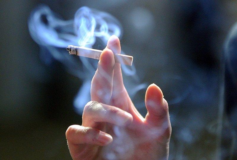 Hút thuốc lá là nguyên nhân dẫn tới ho khan ngứa cổ.