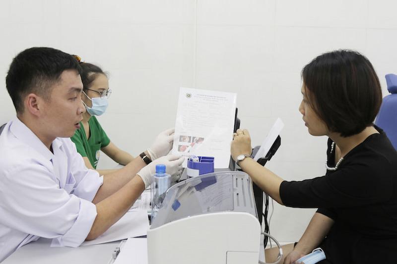 Đông y Việt Nam kết hợp y học hiện đại trong thăm khám cho người bệnh