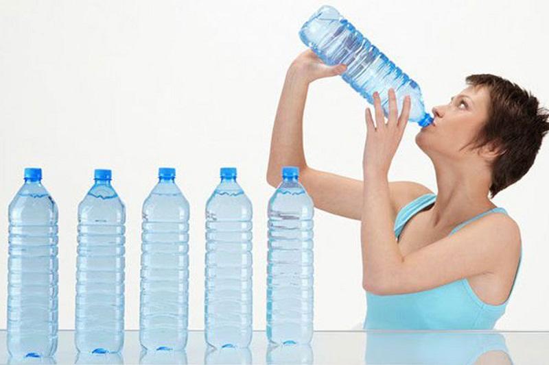 Người bị bệnh tiểu đường rất khát nước, do đó bạn cần bổ sung từ 2-2,5 lít nước mỗi ngày
