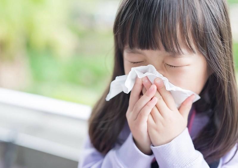 Viêm amidan khiến trẻ bị ho sốt sổ mũi