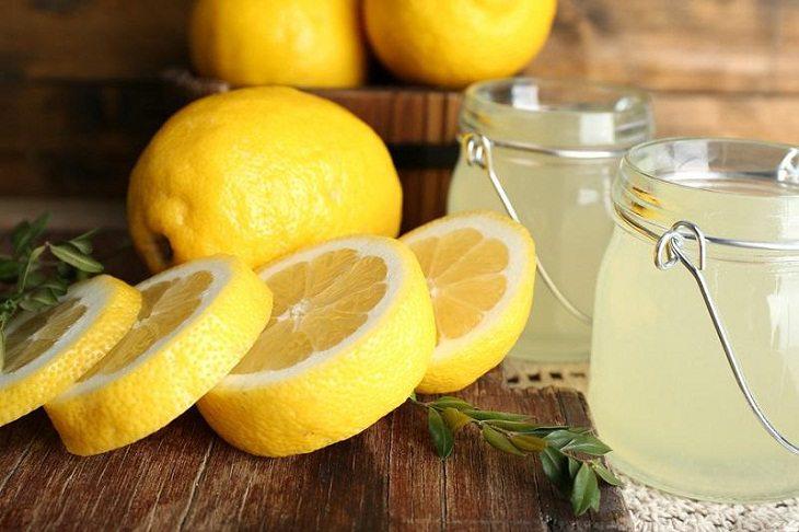 Nước cốt chanh có chứa chất axit giúp giảm viêm, kháng khuẩn, làm mờ sẹo