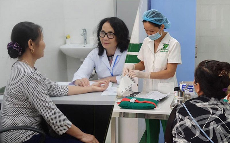 Người bệnh vảy nến được kết hợp thăm khám bằng Đông - Tây y xuyên suốt quá trình chữa trị
