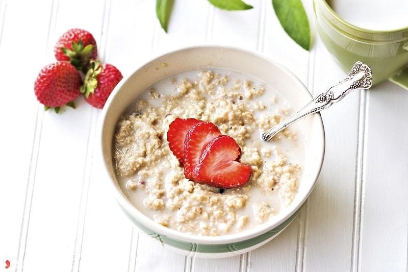 Nếu chưa biết tiểu đường sáng ăn gì, bạn có thể kết hợp trái cây với bột yến mạch