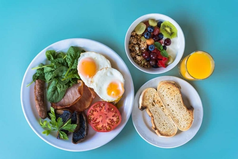 Bữa sáng bạn có thể bổ sung bánh mì lúa mạch và trứng nếu bị tiểu đường