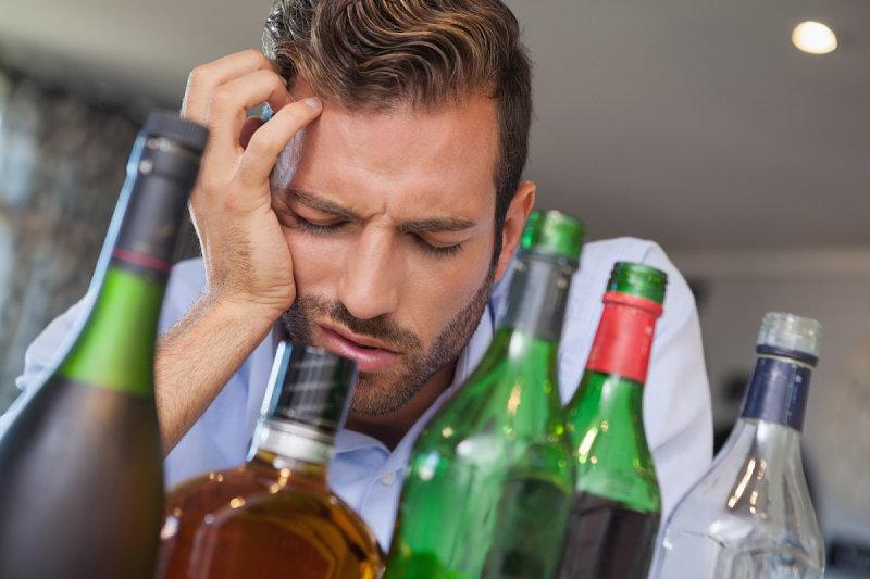Lạm dụng rượu bia sẽ ảnh hưởng xấu đến sức khỏe của người bệnh