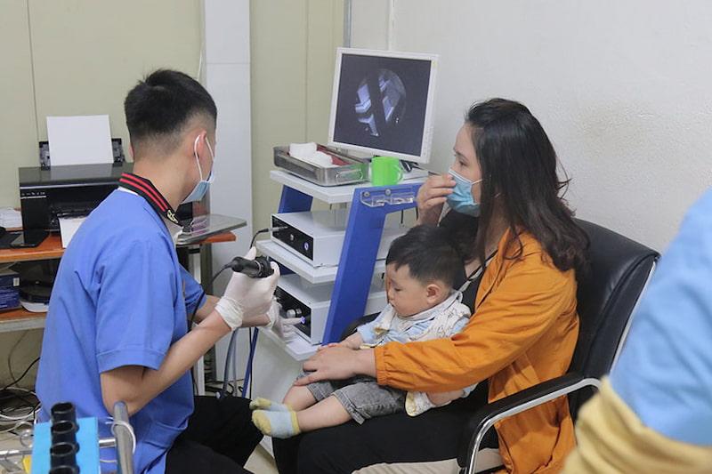 Các bác sĩ Đông y Việt Nam sẽ trực tiếp thăm khám cho trẻ nhỏ và trao đổi với phụ huynh cụ thể