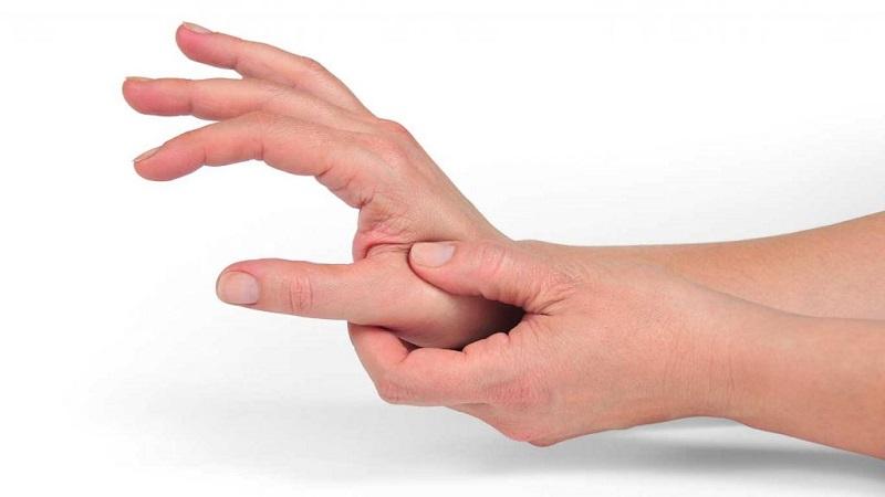 Người bệnh xác định vị trí và dùng lực vừa đủ bấm vào huyệt đạo
