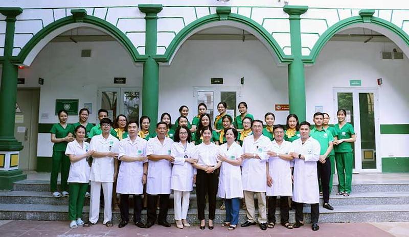 Đội ngũ y bác sĩ Đông y Việt Nam giỏi chuyên môn luôn túc trực 24/7 hỗ trợ người bệnh