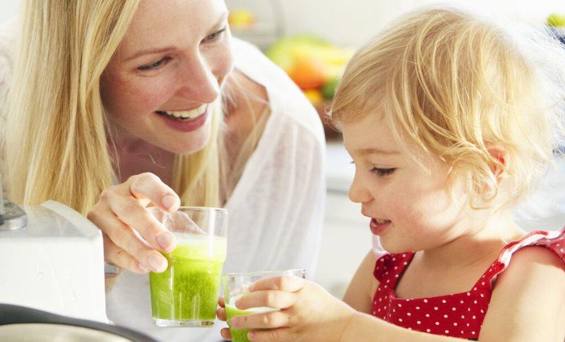Khuyến khích con uống nhiều nước lọc, đặc biệt là nước ép trái cây để phòng ngừa bệnh lý ho khan