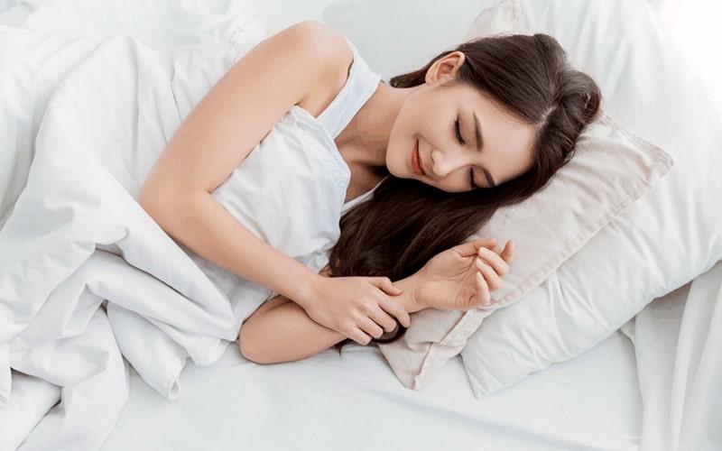 Hãy nằm nghiêng khi ngủ để giảm thiểu tối đa nguy cơ ho khan về đêm