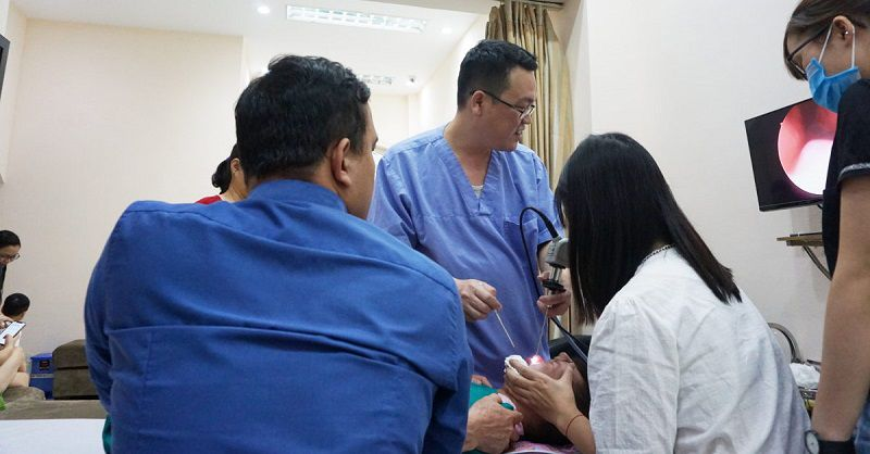 Bác sĩ Đào Đình Thi đang nội soi cho bệnh nhân tại phòng khám riêng