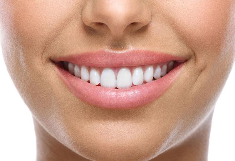 Bọc răng sứ mang lại hàm răng trắng sáng và đều hơn
