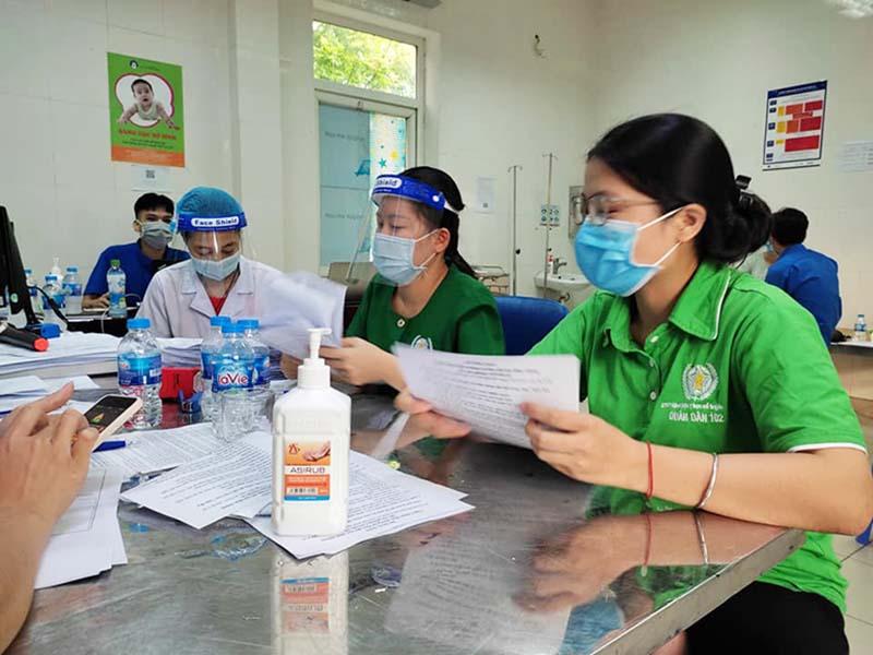 Quân Dân 102 hỗ trợ hết sức đẩy nhanh công tác tiêm chủng tại Phú Đô